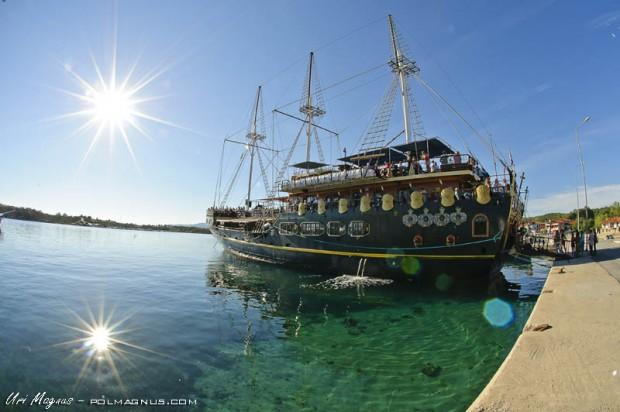 סירת הפירטים שיוצאת לשייט אל המנזרים של הר אטוס