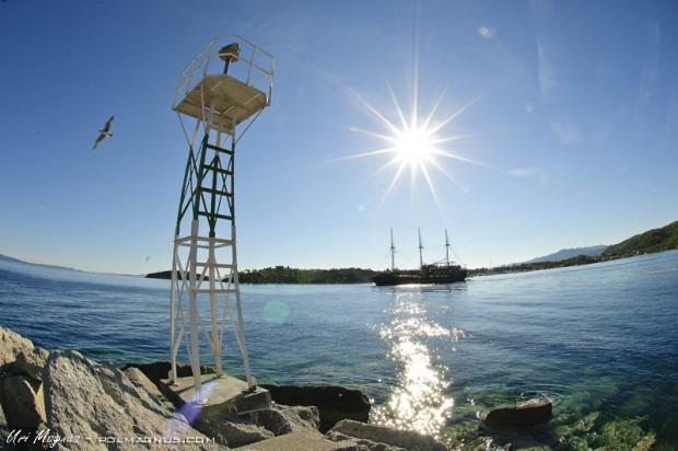 סירת הפירטים שיוצאת לשייט אל המנזרים של הר אטוס ביציאה מהנמל