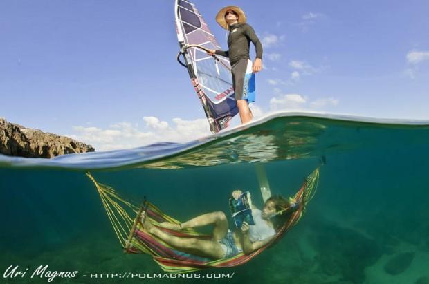 """אימון על אופן הצילום של ערסל קשור מתחת  לגלשן רוח - צולם עם עדשת פיש איי 10.5 מ""""מ וניקון d300s כאשר חצי מהעדשה מחוץ למיים והחצי השני מתחת למים.  f14 1/160"""