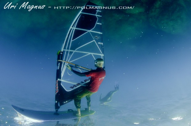 אימון על אופן הצילום של גולש רוח מתחת למים.